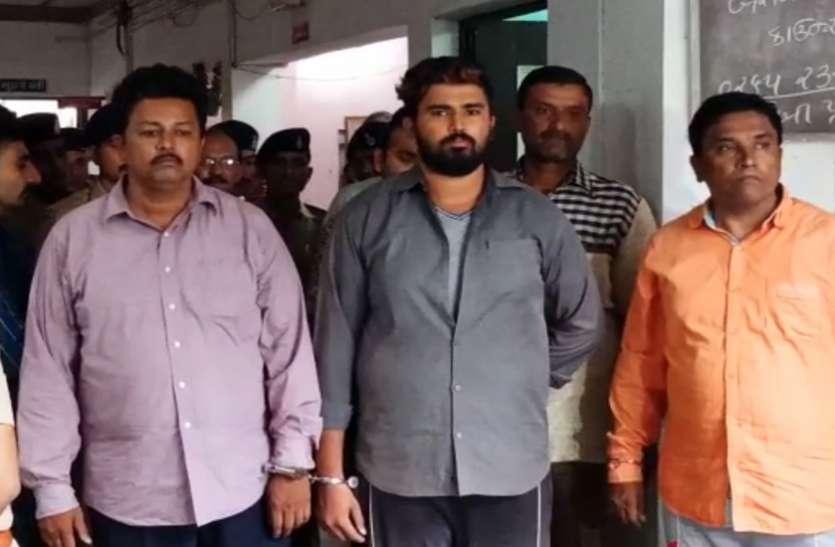 दंपती व पुत्र सहित पांच गिरफ्तार