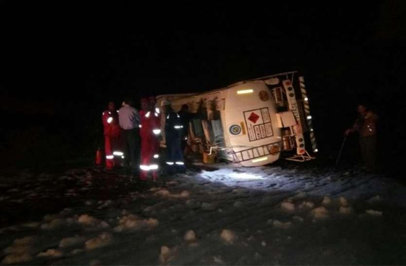 Breaking News आगासौद रोड पर पलटा पेट्रोल टैंकर, टला हादसा