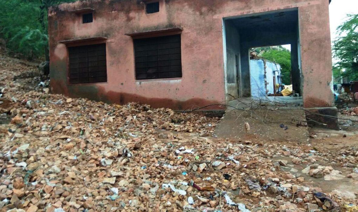 बालाजी धाम में कार पार्किंग की दीवार तेज बारिश के कारण ढह गई,  तीन गाडिय़ां उसके नीचे दबीं