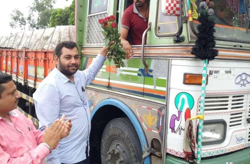 ट्रक चालकों को दिया गुलाब का फूल