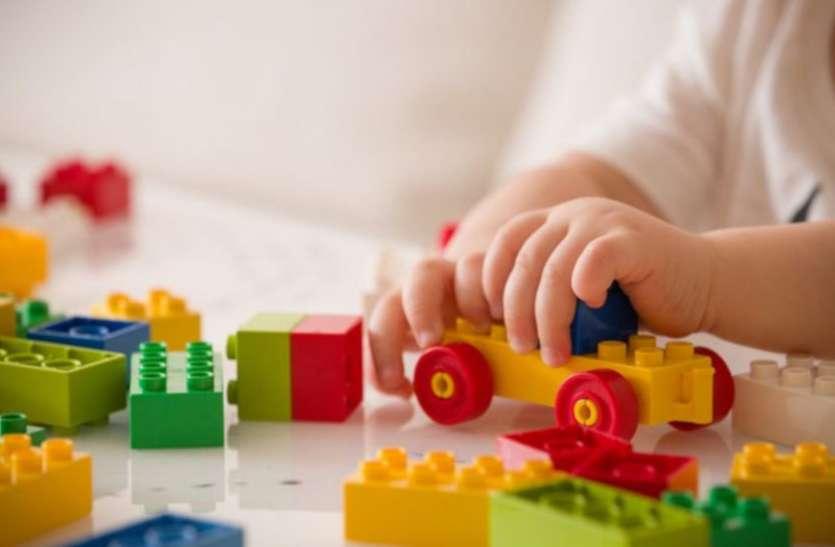अपने घर में बच्चों को महंगे खिलौनों से खेलता देख सरकारी स्कूलों में खोल दिए खिलौना बैंक