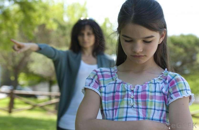बच्चे को आत्मनिर्भर बनाना है तो न बनें 'हेलिकॉप्टर पैरेंट्स', जानिए कैसे