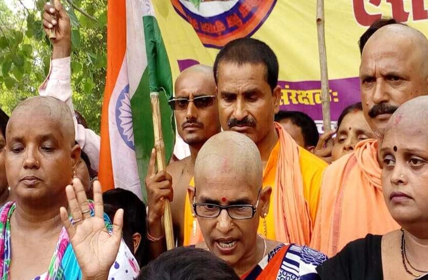 Image result for शिक्षामित्रों ने बाल मुंडवाकर सरकार के खिलाफ किया प्रदर्शन