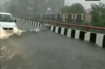 योगी सरकार का एलिवेटेड रोड बना स्विमिंग पूल, देखें तैरती गाड़ियों के नजारें