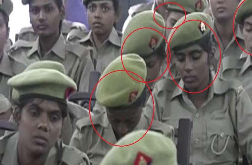 जिन महिला सिपाहियों को संबोधित कर रहे थे CM वो ले रही थीं खर्राटे! VIDEO वायरल