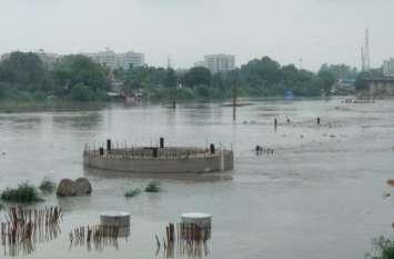 हथिनीकुंड बैराज से छोड़ा गया पानी, दिल्ली के साथ यूपी में भी गहराया बाढ़ का संकट