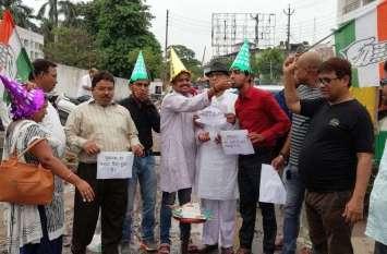 यूपी के इस जिले में गड्ढों का मनाया जा रहा जन्मदिन, जानिए क्यों, योगी सरकार परेशान