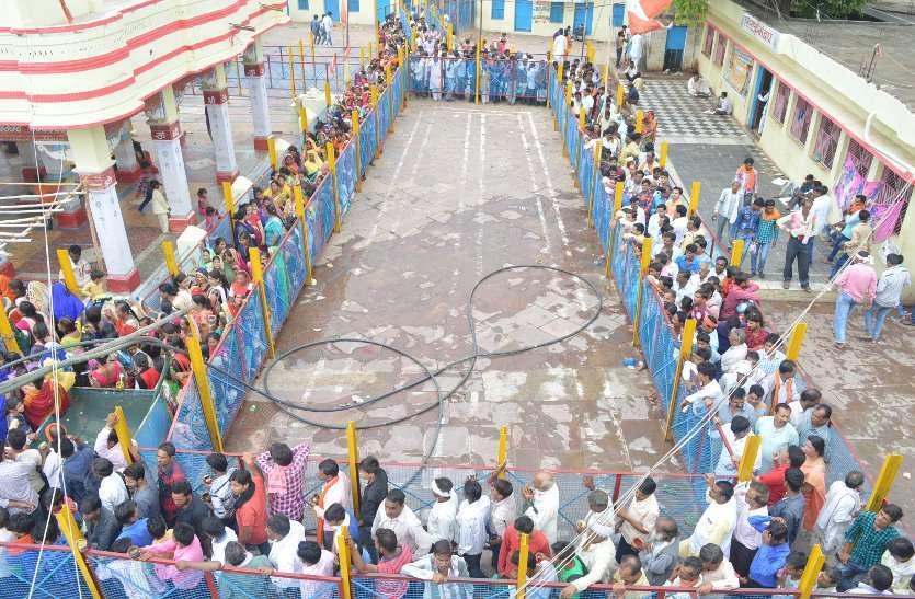 सावन के तीसरे सोमवार छोटी काशी के शिवालयों में उमड़ी भक्तों की भीड़