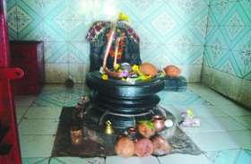 इस वजह से सावन के महिने में टूटे- फूटे शिवलिंग की पूजा कर रहे लोग