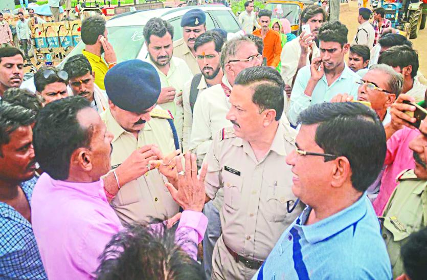 पुलिस ने मंडी गेट से किसानों को जबरन हटाया, विरोध में धरने पर बैठे किसान नेता