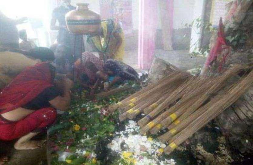 भगवान शिव को प्रसन्न करने के लिए यहां झाड़ू चढ़ाते हैं भक्त