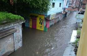 बारिश बनी आफत, घरों में कैद हुए लोग
