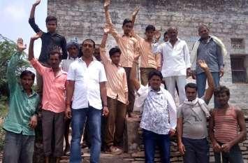 ग्रामीणों ने पटवार घर पर लगाया ताला