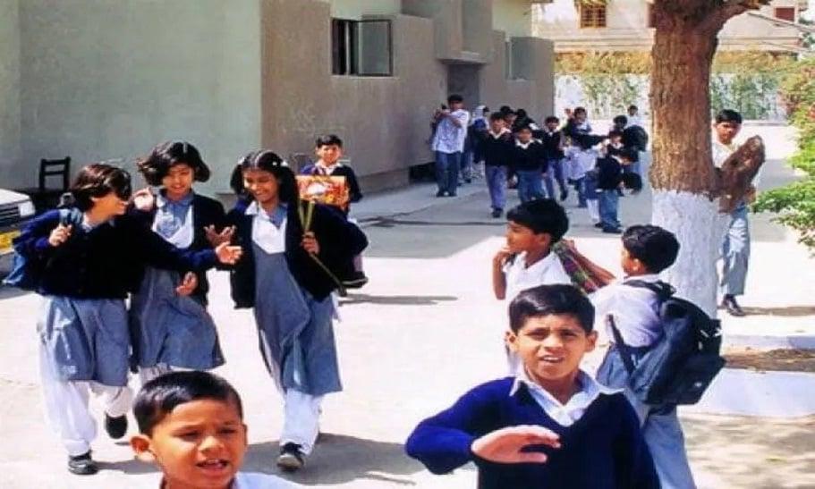 बच्चों के भविष्य से खिलवाड़ की कहानी- सूबे के स्कूलों में हो रही शिक्षकों की मनमानी, पढ़ाई पर फिर रहा पानी