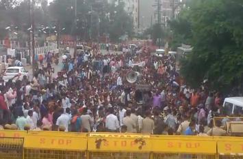 चार सूत्रीय मांगों को लेकर लघु वेतनभोगी कर्मचारियों की रैली व गिरफ्तारी