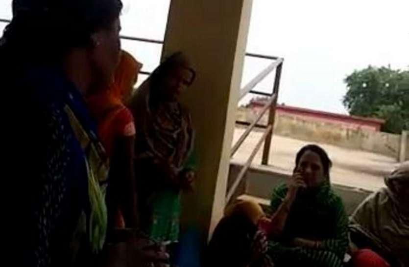 पार्षद ने प्रधानमंत्री आवास दफ्तर में डाले ताले