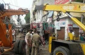 बारिश के बाद जानलेवा हो रहीं आगरा की सड़कें, ट्रक धंसने से एक की मौत