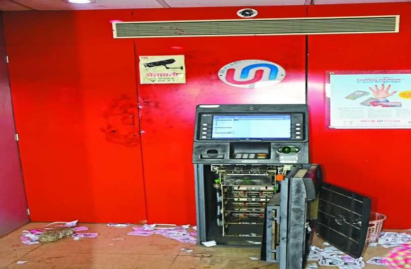 जिसने कैमरा चोरी किया था, उसी नकाबपोश ने ATM से उड़ाए 4.70 लाख
