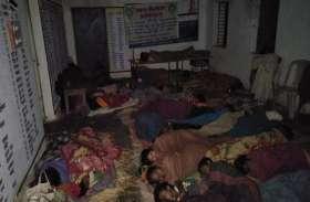ये कोई धर्मशाला नहीं बल्कि स्कूल है, खौफ ऐसा कि घर छोड़ रात में यहां सोते हैं महिला-पुरुष व बच्चे