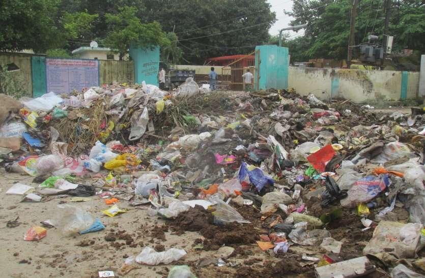 गंदगी से परेशान लोगों ने नपा कर्मचारियों के आवास के सामने फिंकवाया कचरा