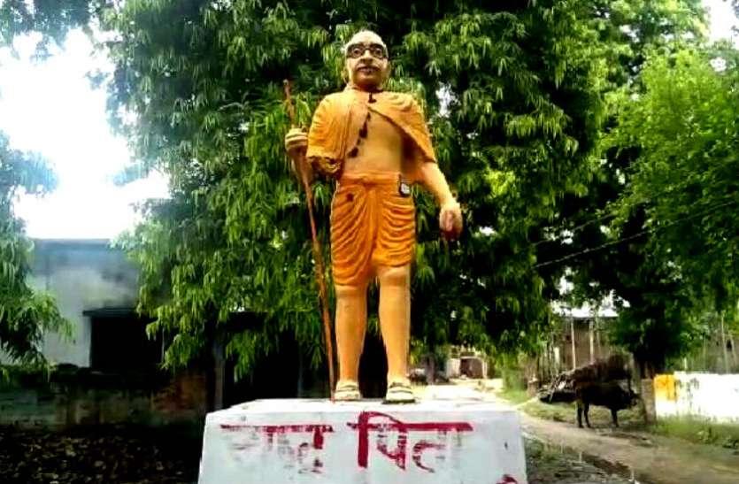 अब महात्मा गांधी जी की प्रतिमा का रंग भी हुआ भगवा