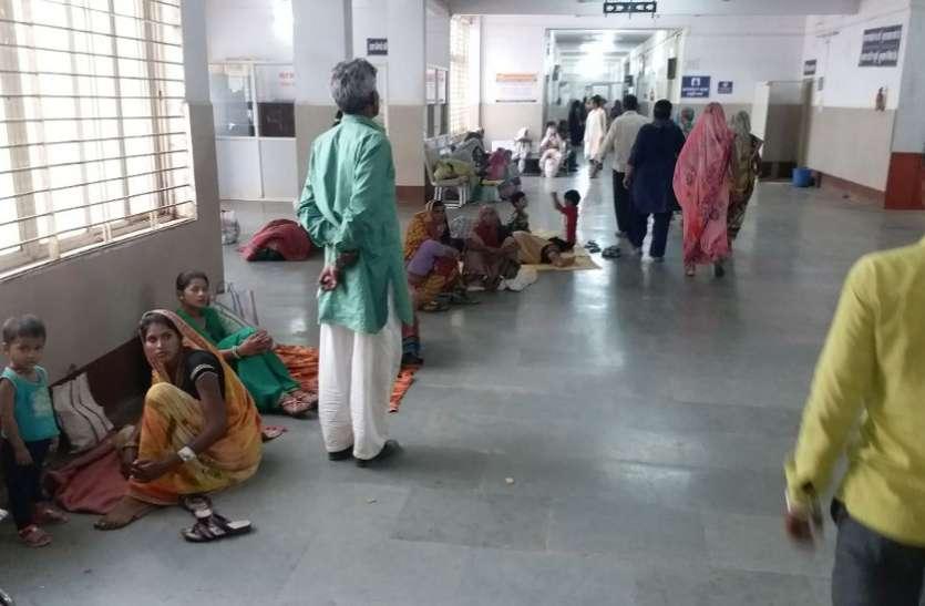 इस अस्पताल में ढाई घंटे तो मरीजों के कतारों में ही निकल जाते हैं