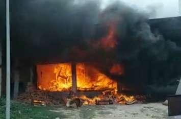 फर्नीचर की दुकान में लगी भीषण आग, लाखों रुपए का सामान जलकर हुआ राख