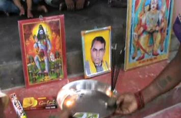 ओमप्रकाश राजभर को बनाया भगवान, शिव के बगल में लगाई तस्वीर