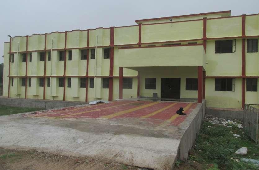 छात्रों के लिए बनी ढाई करोड़ की बिल्डिंग वीरान