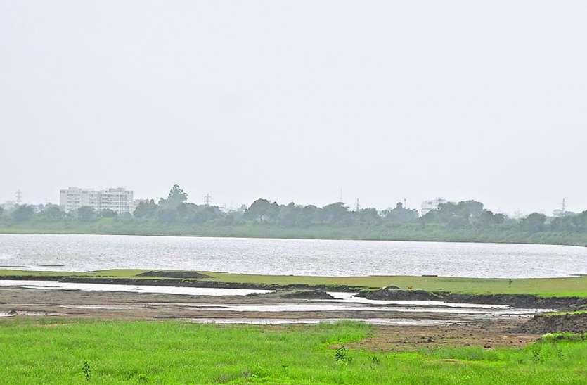 बारिश न होने से खाली होने लगे तालाब और फसलों पर संकट