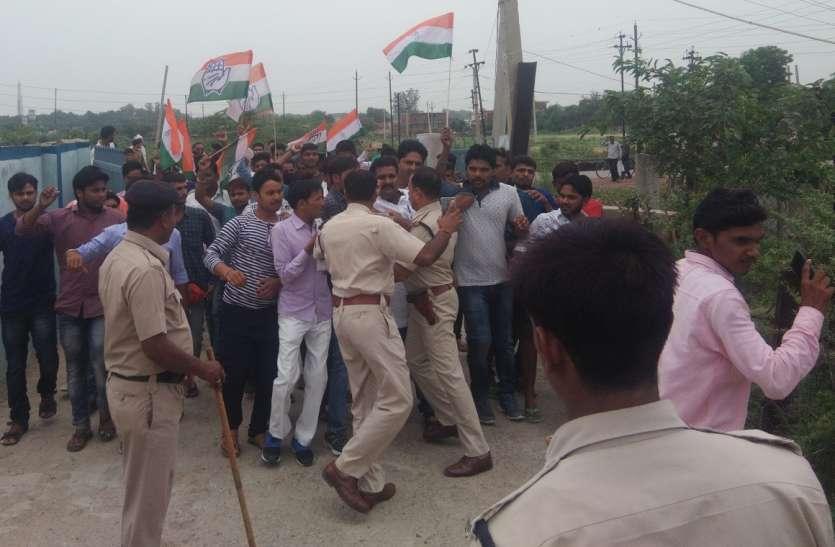 बिजली के लिए गोहद में प्रदर्शन, पुलिस जवानों से प्रदर्शनकारियों की झूमा झटकी,