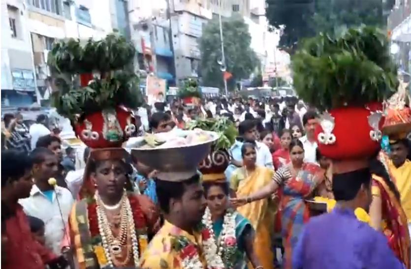 तेलंगाना के कई क्षेत्रों में धूमधाम से मनाया गया बोनालु उत्सव