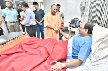 सिद्धार्थनाथ सिंह के सीने में उठा दर्द, अस्पताल में भर्ती, मिलने पहुंचे सीएम योगी