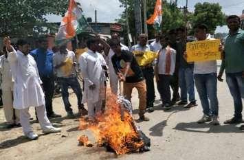देवरिया कांड पर उबली कांग्रेस ने मंत्री रीता जोशी का पुतला फूंका