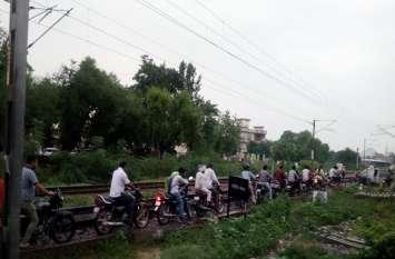 अलवर में बारिश के बाद रेलवे रेलवे अण्डरपास पर भरा पानी तो बाइक सवार रेलवे ट्रैक से जाने लगे, इस तरह दिया हादसे को निमंत्रण
