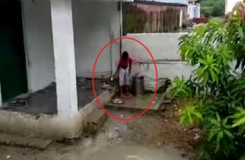 इस सरकारी स्कूल में बच्चों से साफ कराए जाते हैं झूठे बर्तन