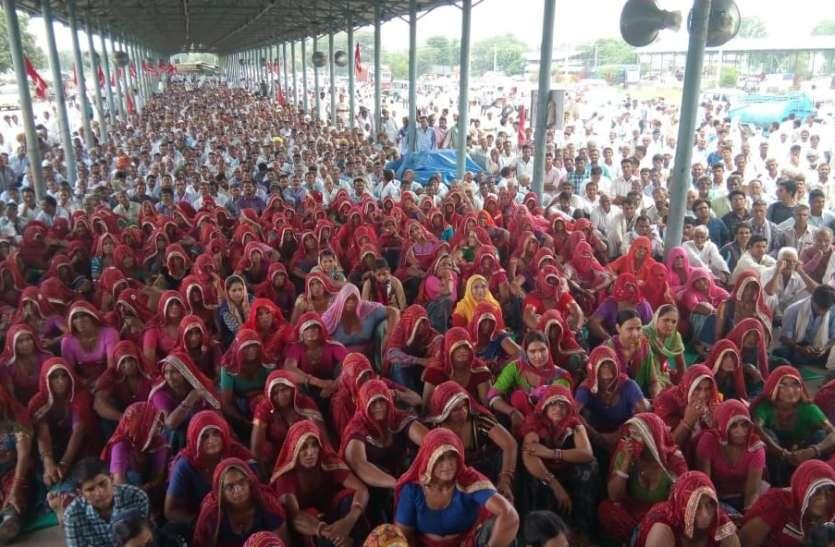 Sikar Kisan Andolan Update :  सभा कर रहे किसान थोड़ी देर में उठाएंगे बड़ा कदम, बड़ी संख्या में महिला किसान भी हैं साथ