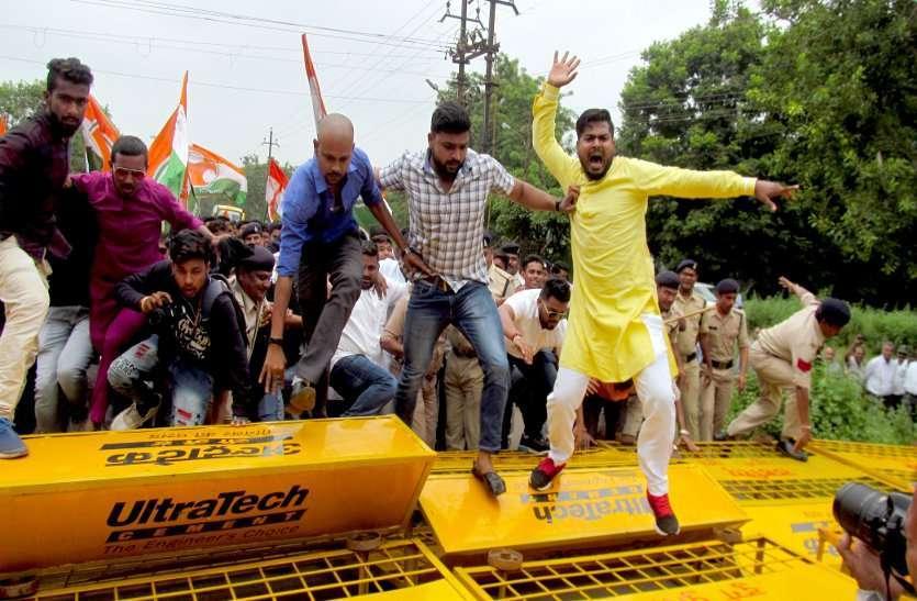 Photo Gallery : बीएसपी सीईओ निवास के घेराव में कांग्रेसियो ने बैरीकेट तोड़ किया प्रदर्शन