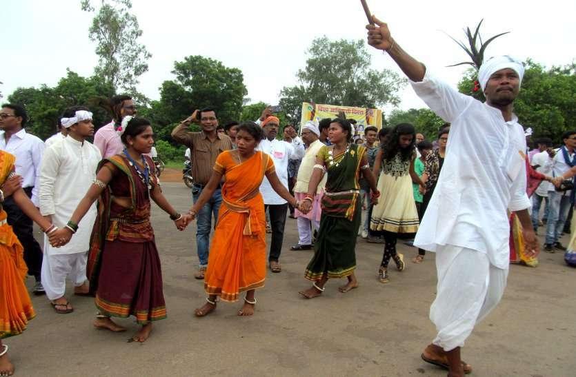 Photo Gallery :  आदिवासी समाज ने पांरपरिक वेशभूषा में मनाया उत्साह...देखिए तस्वीरें