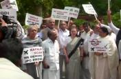 राफेल डील को लेकर बढ़ा संसद का पारा, सदन के बाहर सोनिया गांधी समेत विपक्षी पार्टियों का प्रदर्शन