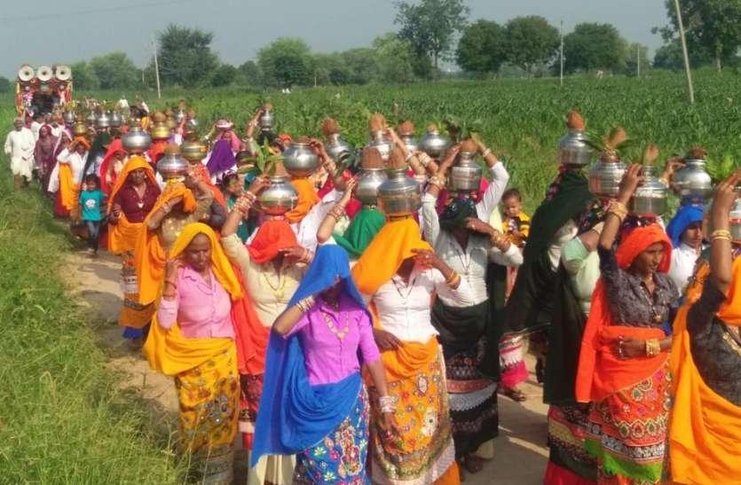 बैण्डबाजे से स्वागत कर निकाली कलश यात्रा