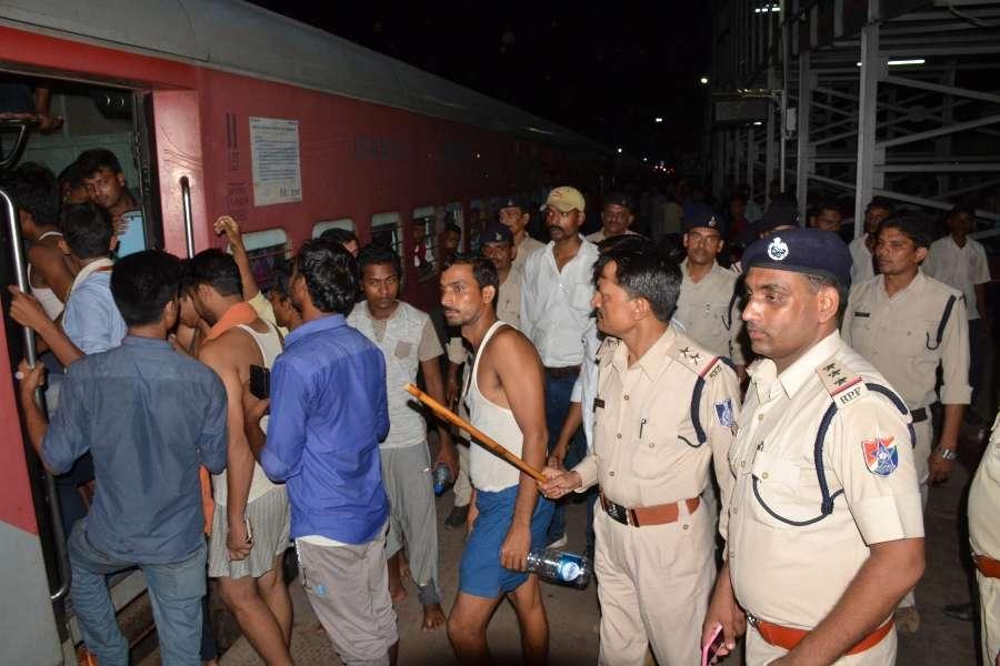 परीक्षा स्पेशल ट्रेन में छात्रों ने मचाई गदर, रेल पुलिस ने दी समझाइस, देखें फोटो में