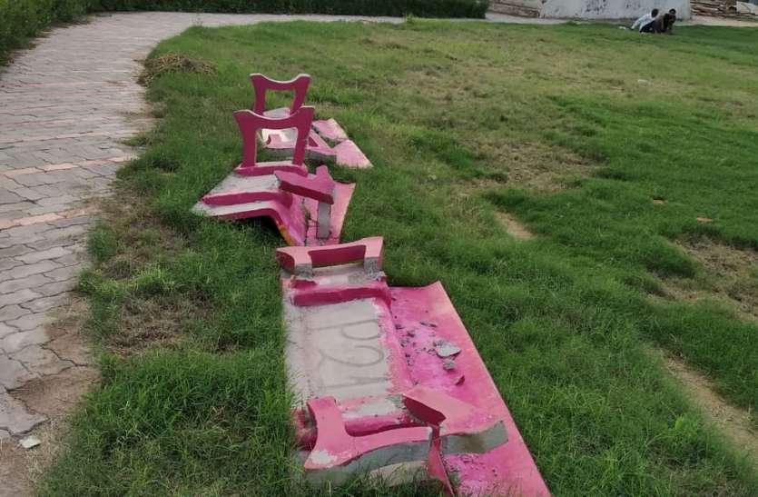 सूरजमल पार्क में समाजकंटकों ने तोड़ी कुर्सियां, आयुक्त ने थाने में पेश की प्राथमिकी