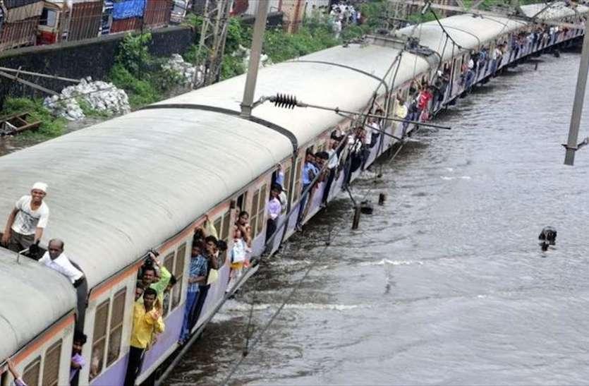 बारिश और मरम्मती कार्यों के कारण ट्रेनों का टाइम टेबल बिगड़ा, काफी विलंब से चल रही हैं गाड़ियां