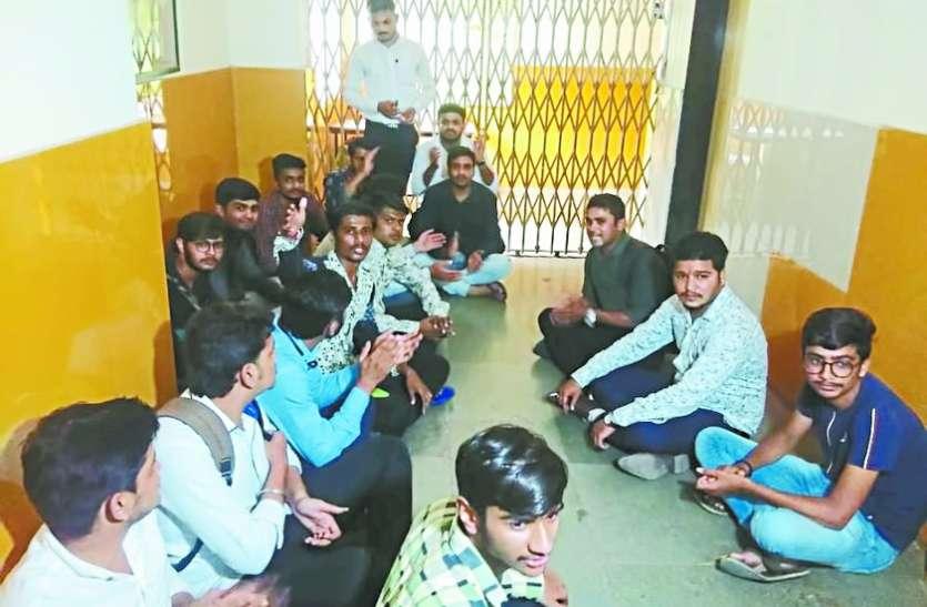 प्रवेश प्रक्रिया से त्रस्त कई विद्यार्थी अन्य विश्वविद्यालयों की शरण में