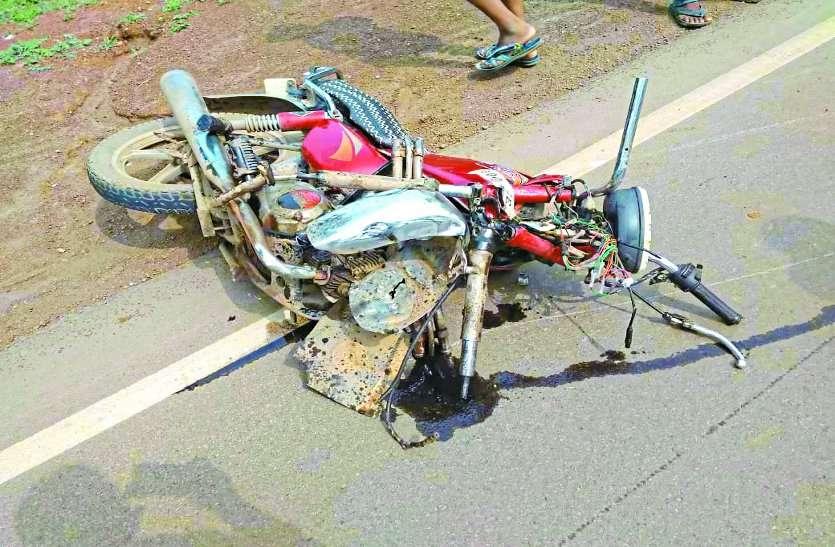ट्रक और बाइक की हुई जबरदस्त भिड़ंत से उड़ गए परखच्चे, 2 की दर्दनाक मौत