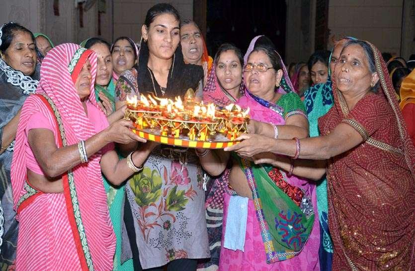 48 श्लोकों के मंत्रोच्चार के साथ 48 दीपों को से की भगवान शान्तिनाथ की आरती