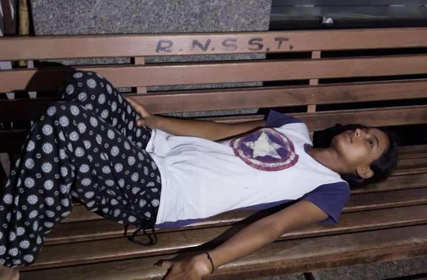 काफी देर तक कराहती रही घायल युवती, जनप्रतिनिधि पहुंचे तो शुरू किया युवती का उपचार