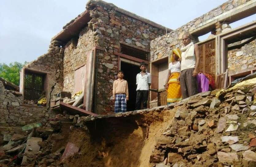 बारिश से धंसी जमीन, ढहा मकान, घरेलू सामान भी हुआ नष्ट