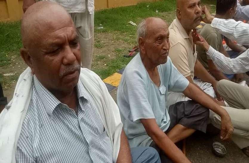बुंदेलखंड अलग राज्य की मांग को लेकर 250 से ज्यादा लोगों ने कराया सामूहिक मुंडन